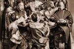 100多年前的大戶人家老照片,擺拍女子小家碧玉