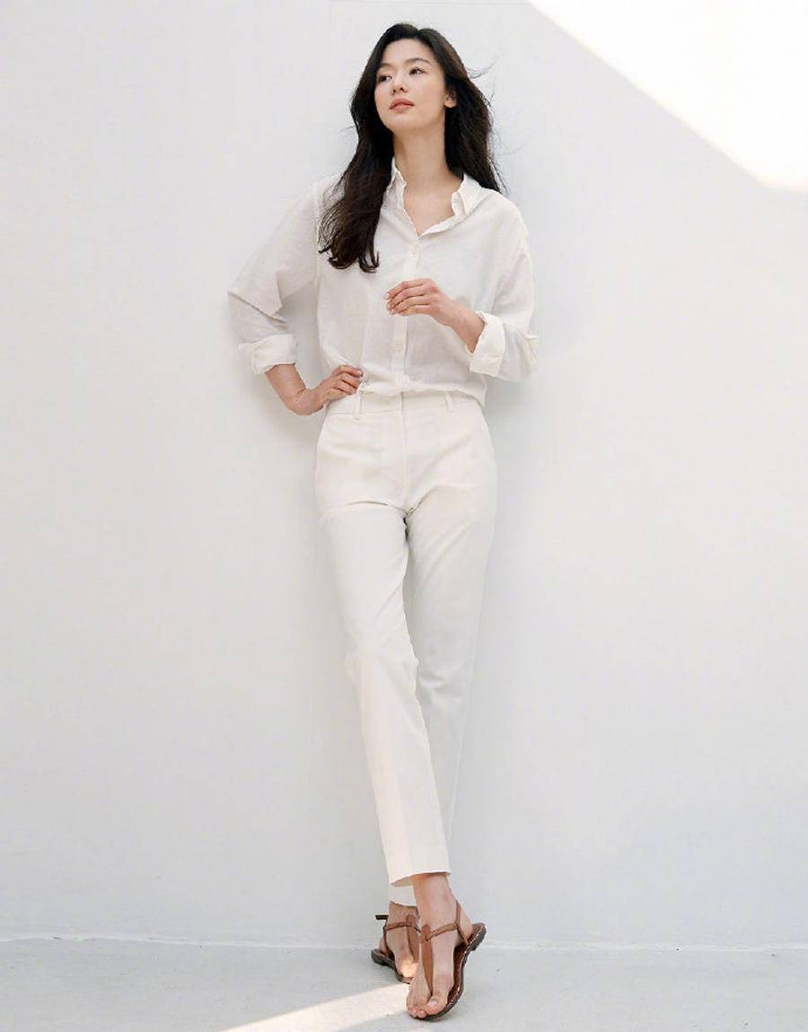 夏日温差太大该怎么穿?一件基础款衬衫+一条长裤就够啦