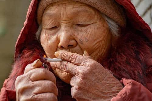 给老烟民提个醒:喜欢吸烟选择这3种烟,比传统烟危害少一点