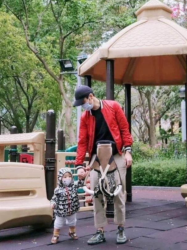 原创郑嘉颖带娃玩耍,简约装束不改型男本色,1岁儿子胖嘟嘟的真抢镜