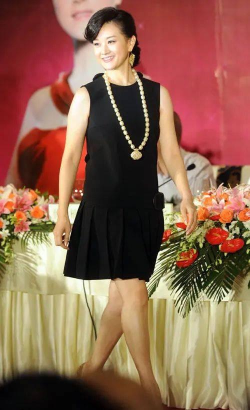 宋祖英是不年轻,皱纹爬满脸穿的也很质朴,但不扮嫩美得很大方!