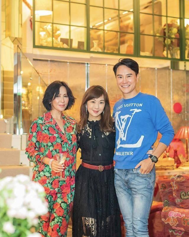 刘嘉玲的时尚看不懂!54岁穿显老大碎花衣不够,还选毁人的红配绿
