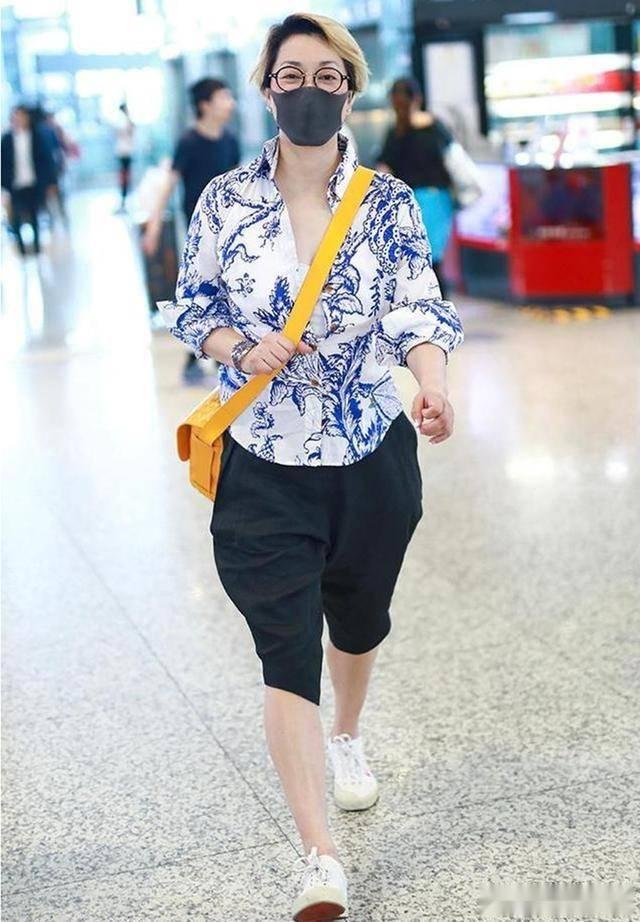 毛阿敏染黄头发,穿花衬衫 ,57岁的老人了还在赶时髦!