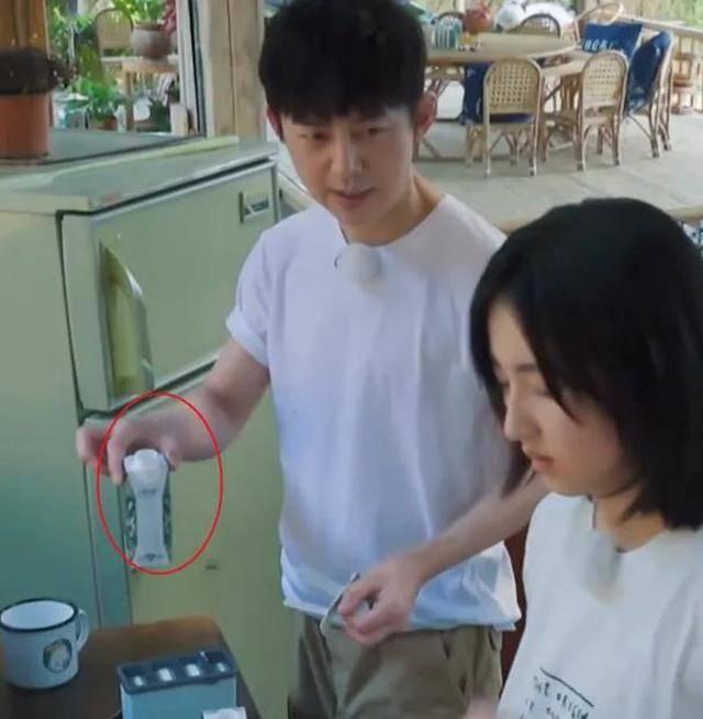 原创何炅将剩牛奶递给她喝,她接过牛奶后的反应亮了,暴露出真实性格
