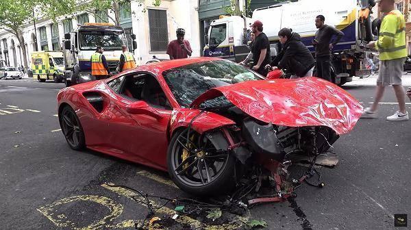 300万法拉利与大巴街头惨烈相撞,跑车车主:车子我不要了