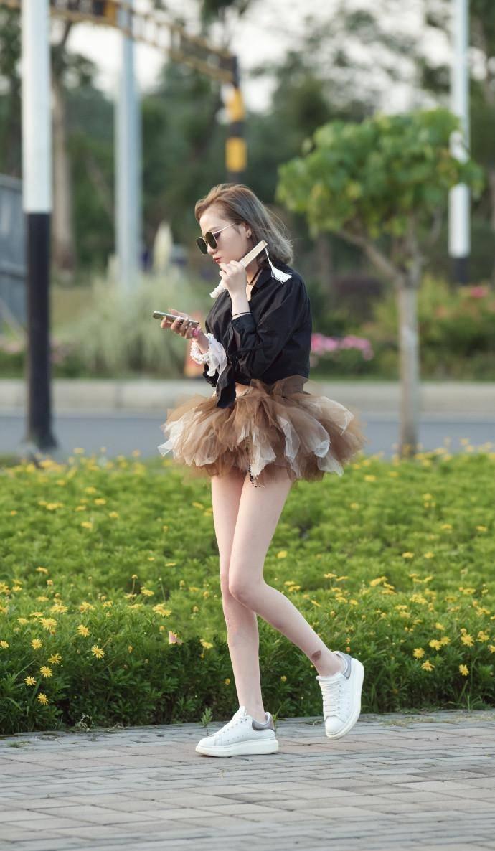 热情活泼的时尚街拍:甜美有型的美女,展现细节上的精致感!