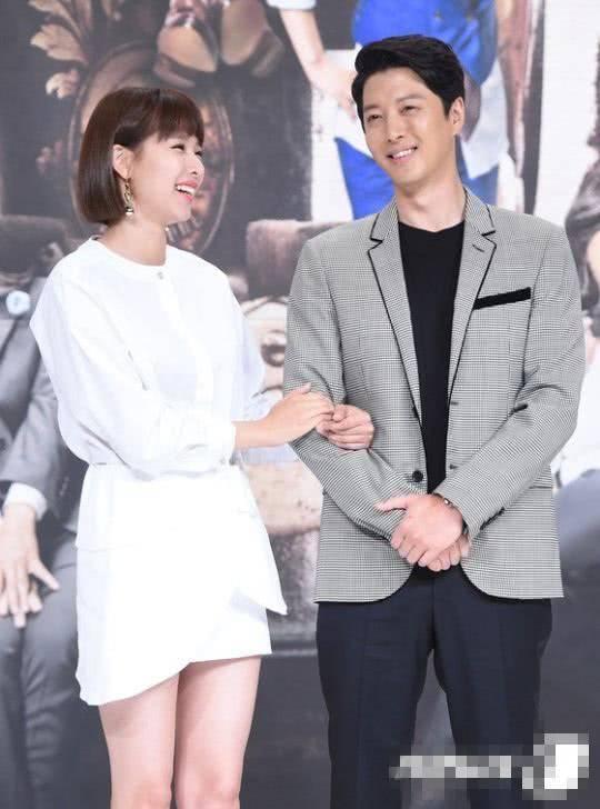 韩国又一对金童玉女离婚,李东健赵伦熙已分开,男方婚前情史复杂