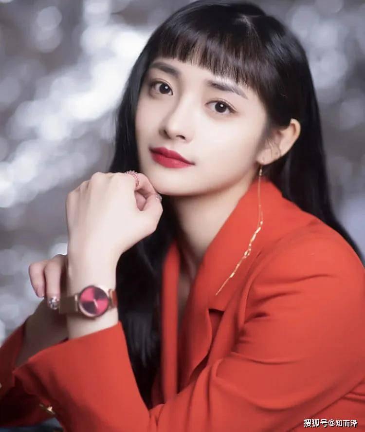 八字刘海是很多宽额头的韩妞喜欢烫的发型!图片