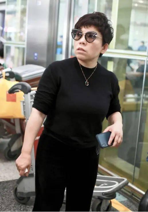 邓亚萍总穿的露出缺陷,长衣搭紧身裤,个子不高这样穿就是显矮!