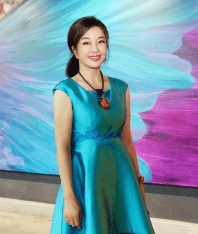 刘晓庆为什么不显老?看她的穿衣打扮就知道原因了!