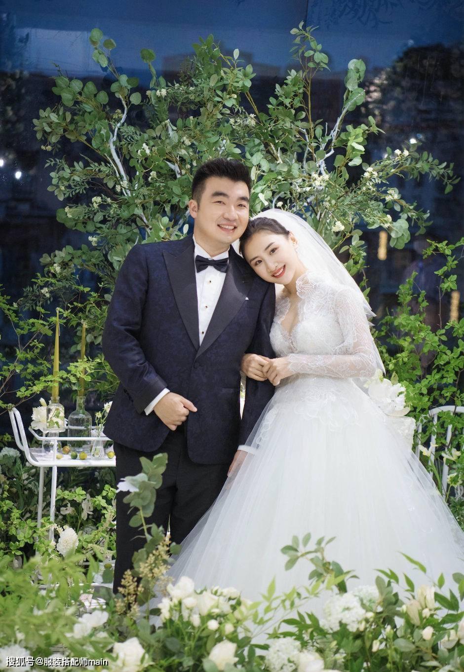 「何雯娜」配白纱有公主范儿,老公双手抱娃爸爸力十足,何雯娜穿婚纱好漂亮
