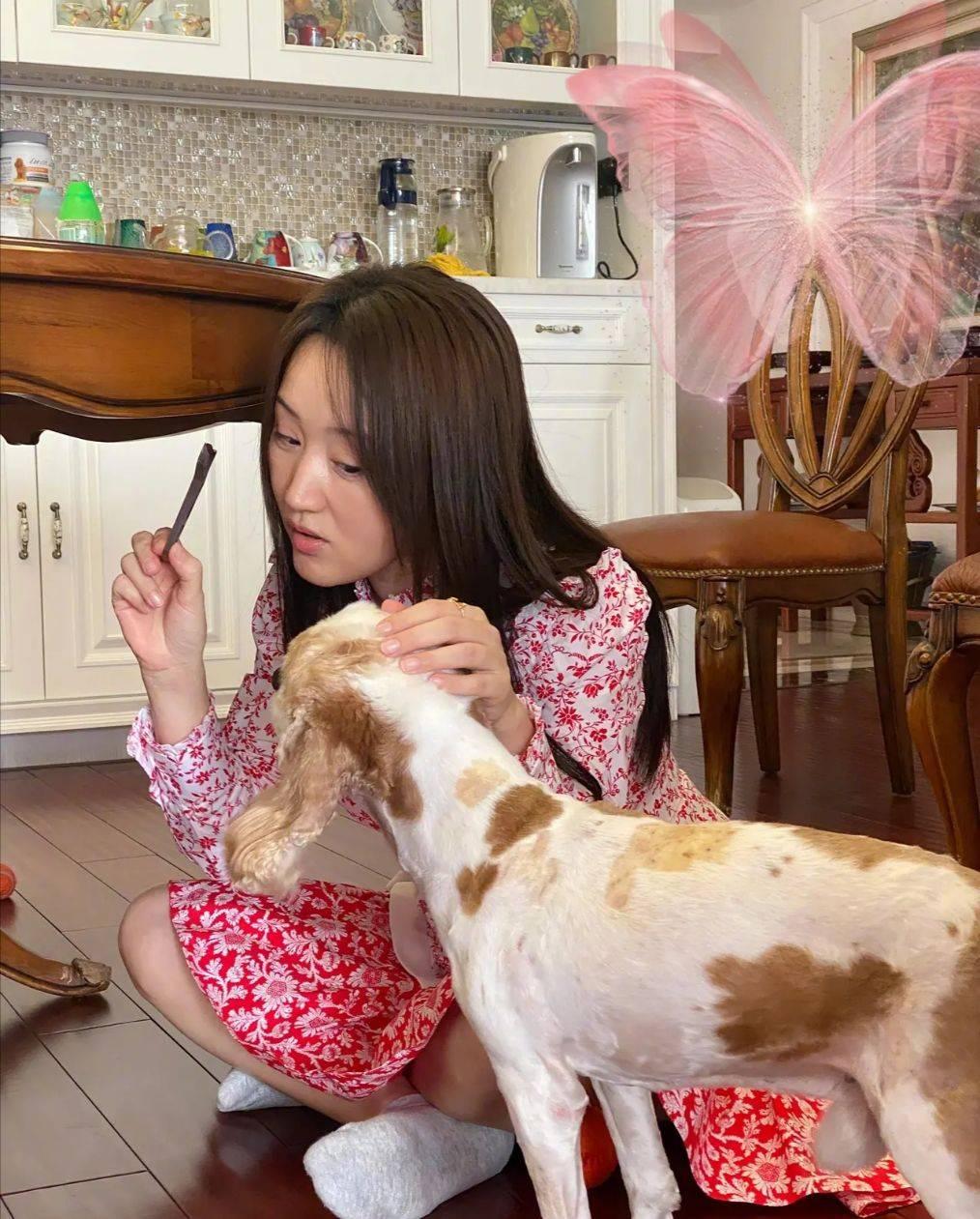 挑款师MK|原创杨钰莹在家的素颜照,丝毫不掩饰黝黑脸蛋,有皱纹也大方任拍!