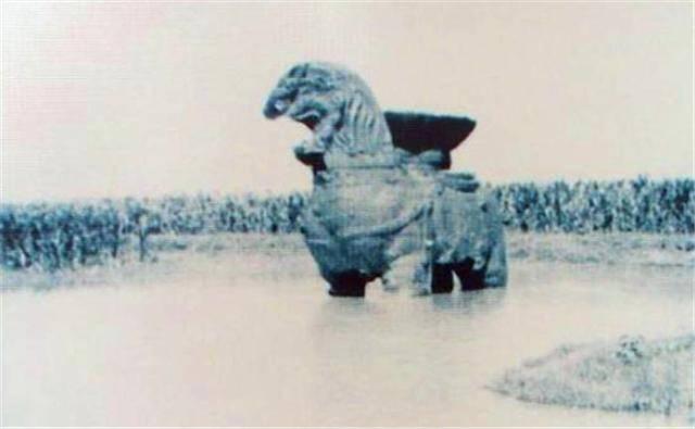 沧州铁狮子重达32吨,屹立千年不倒,却倒在专家自作聪明的保护上