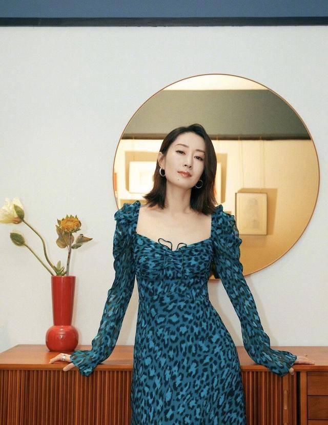 44岁刘敏涛气质一绝,身穿鹅黄色修身连衣裙,展现完善身体曲线
