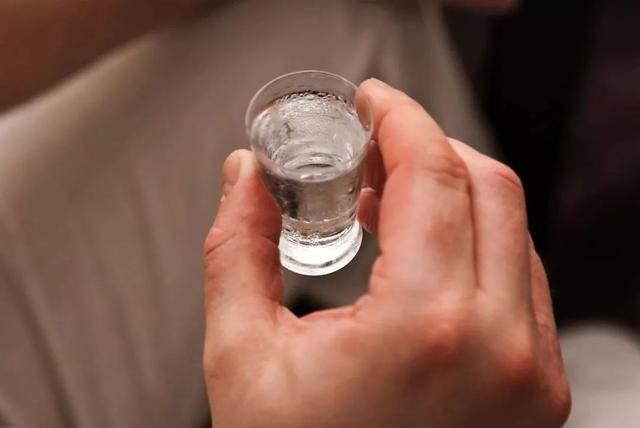 每天喝二两白酒,对身体有益吗?医学专家告诉你答案