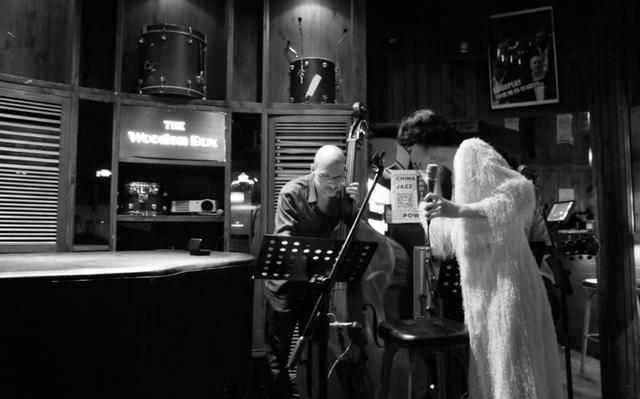 原创 李亚鹏女友Susie晒酒吧驻唱美照,穿白色长裙,气质优雅动人