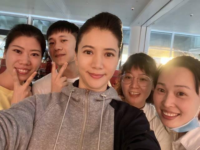 49岁的袁咏仪老了许多!和朋友聚会合影照释出,长发素颜也很优雅  span class=