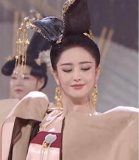 618晚会表演预告视频曝光 佟丽娅唐装造型吸睛