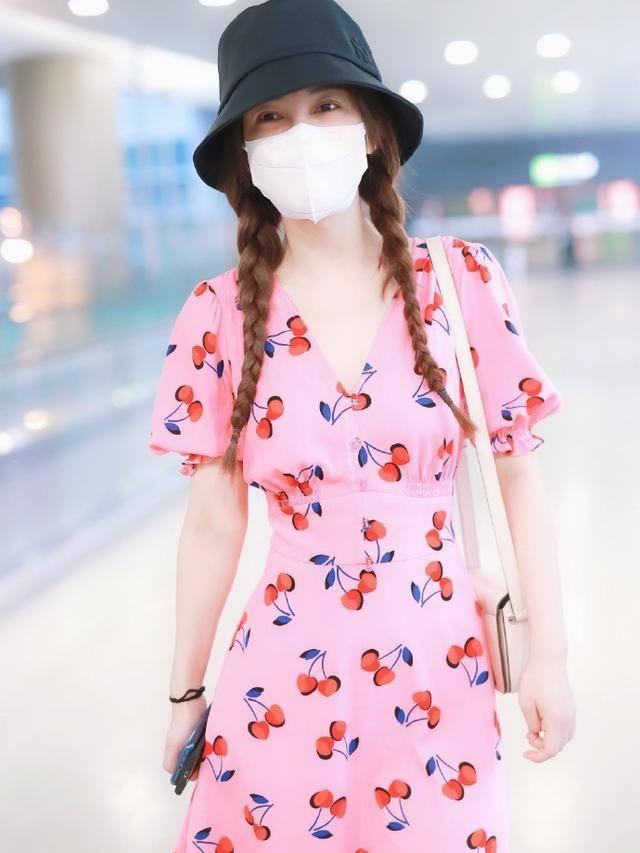 吴昕改变真大啊,穿樱桃印花裙配双麻花辫走机场,打扮得真像18岁