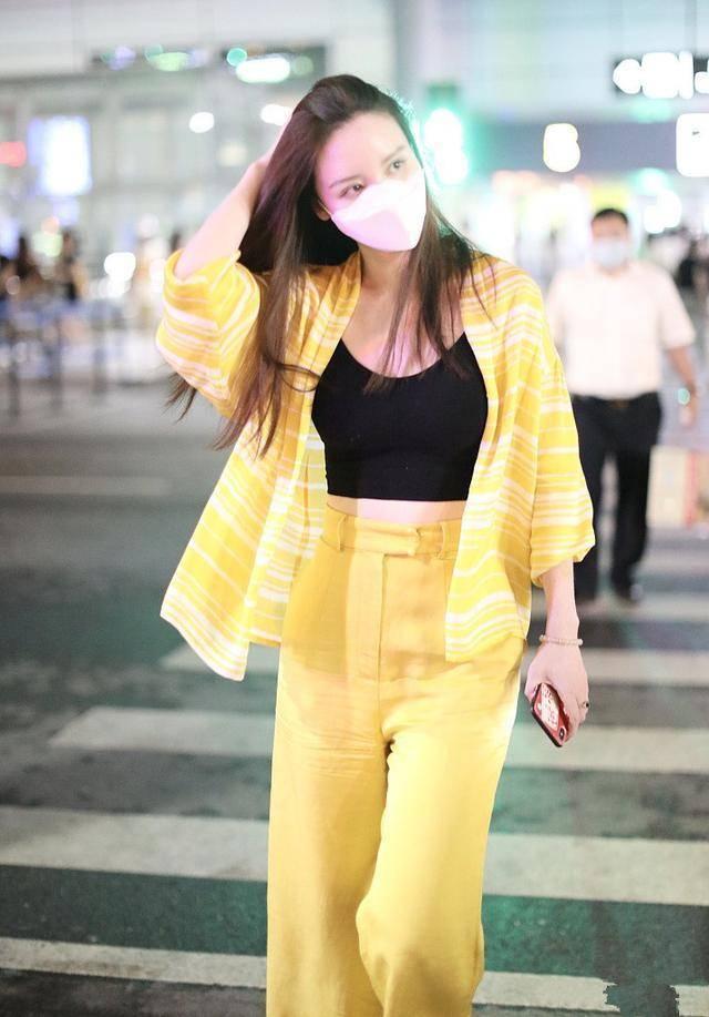 张萌终于换发色,黄衬衫配黑背心又美又飒,完全可以女团C位出道