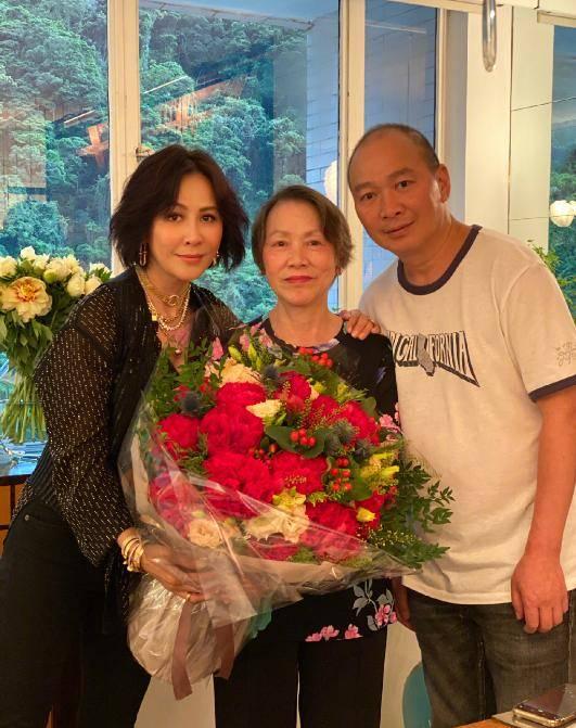 刘嘉玲妈妈真有活力,印花T恤配休闲裤时尚活泼,气质真不错