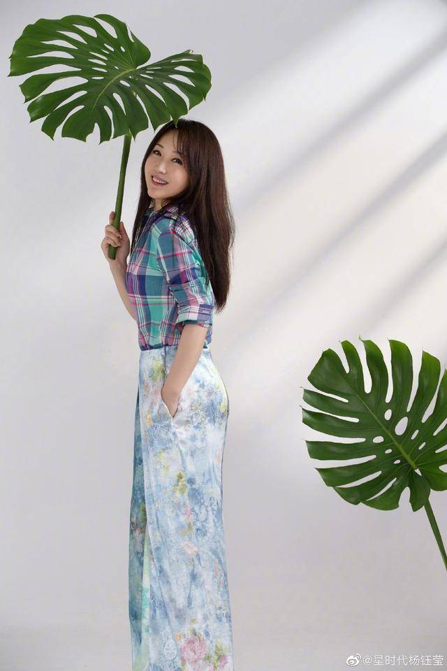 49岁的杨钰莹貌美如花,皮肤依然美如20岁,优雅气质迷人不已