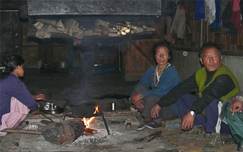原创             边境上的神奇部落:女性纹面扮丑,鲜少被外界所知