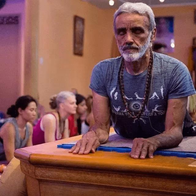 """巴西81岁""""老顽童""""痴迷瑜伽倒立全靠头,网友:这精力我给101分 减肥方法 第6张"""