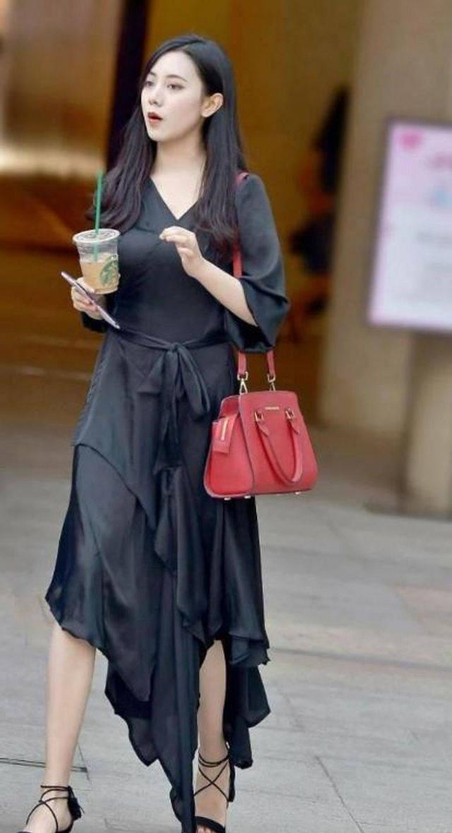街拍,美女穿粉色短裙很有小女生的风范