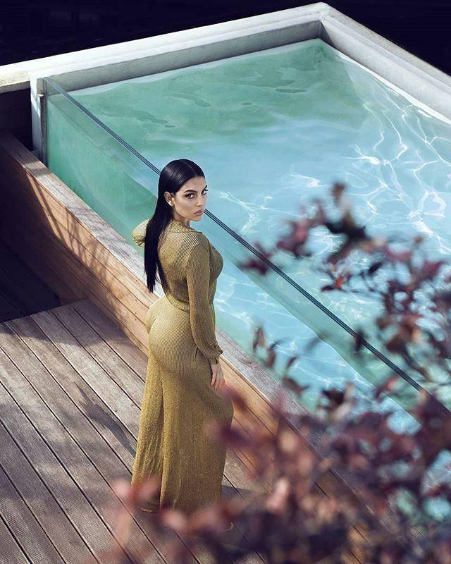 C罗状态回升,乔治娜心情大好,分享泳池金色套装美照,总裁点赞 动作教学 第1张