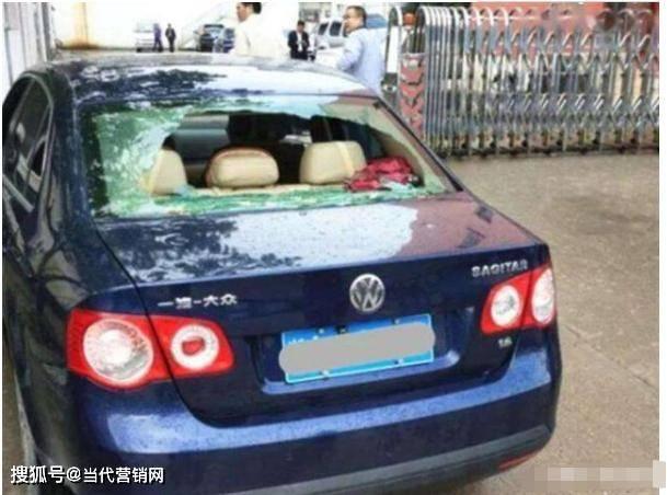 北京冰雹事件后 宝马车主拍桌子丢