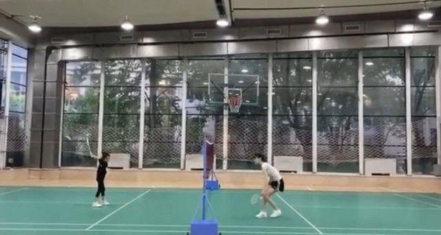 李小璐打扮清凉陪女儿打羽毛球,左撇子甜馨球技精湛受期待