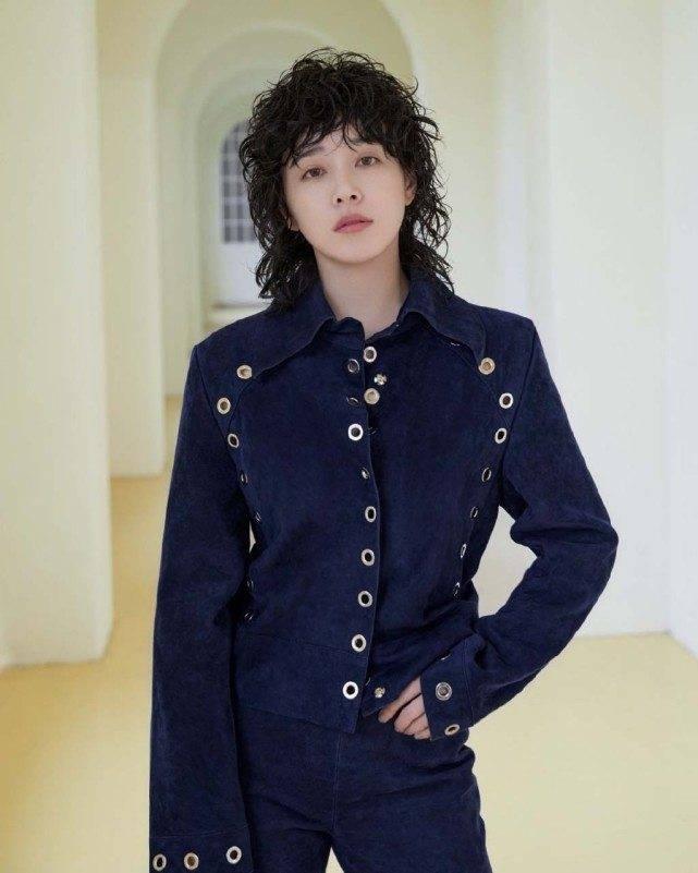 阚清子时尚画报七月刊,卷发造型很有朋克范,不玩摇滚可惜了
