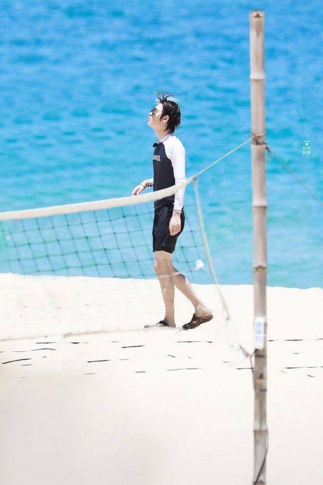 黄明昊《夏日冲浪店》饭拍,墨镜+湿发的冲浪少年太可了!