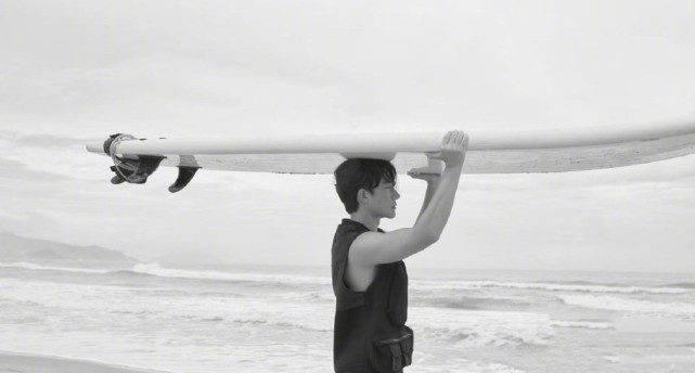 黄轩海边拍大片,在沙滩上做俯卧撑,秀三角肌荷尔蒙爆棚 动作教学 第9张