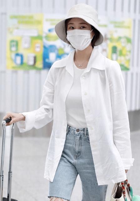 李纯的夏季私服穿搭让气质升级,白衬衫搭配牛仔裤,简约又洋气