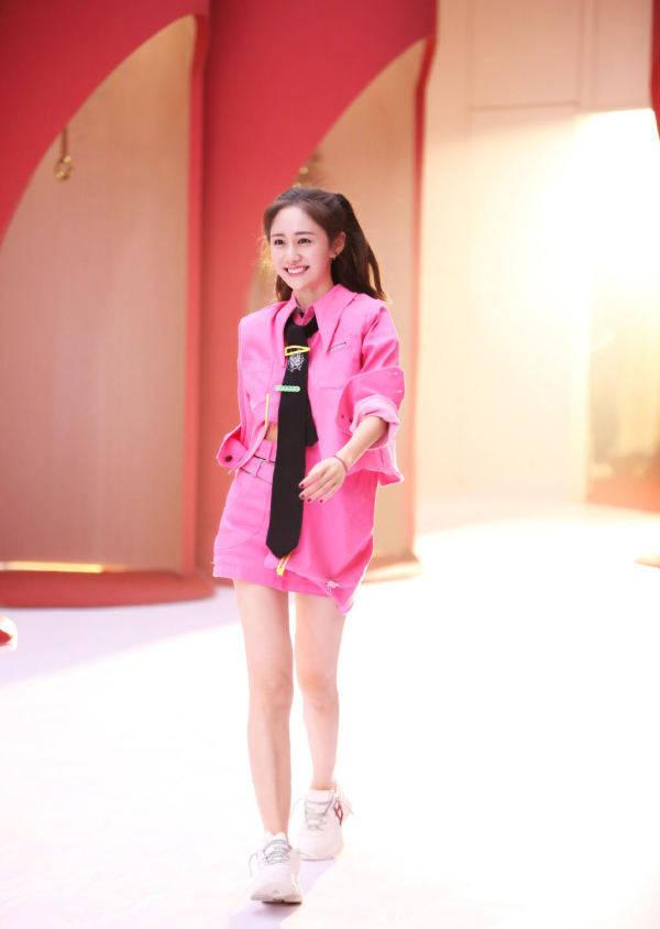 """刘芸被镌汰后现身,穿印花T恤配""""拉链裙"""",秀美腿照样自信高调"""