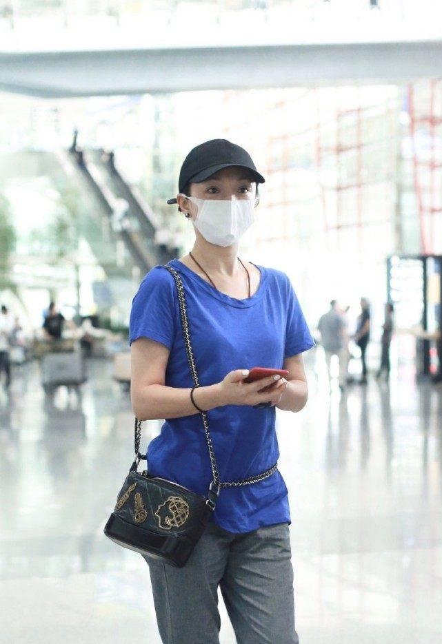 46岁周迅低调现身机场,穿蓝色T恤水洗事后太显旧,网友:真质朴