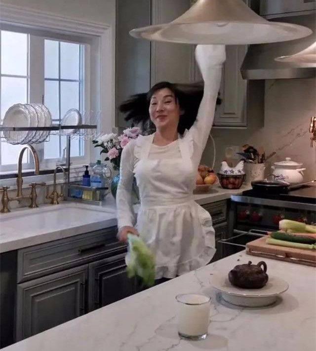 表情原创歌手陈红不服老 学姐姐们跳女团舞,这脸真是一言难尽 !