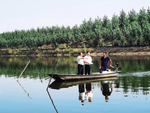 邮储银行微山县支行助力脱贫攻坚为虾蟹养殖户