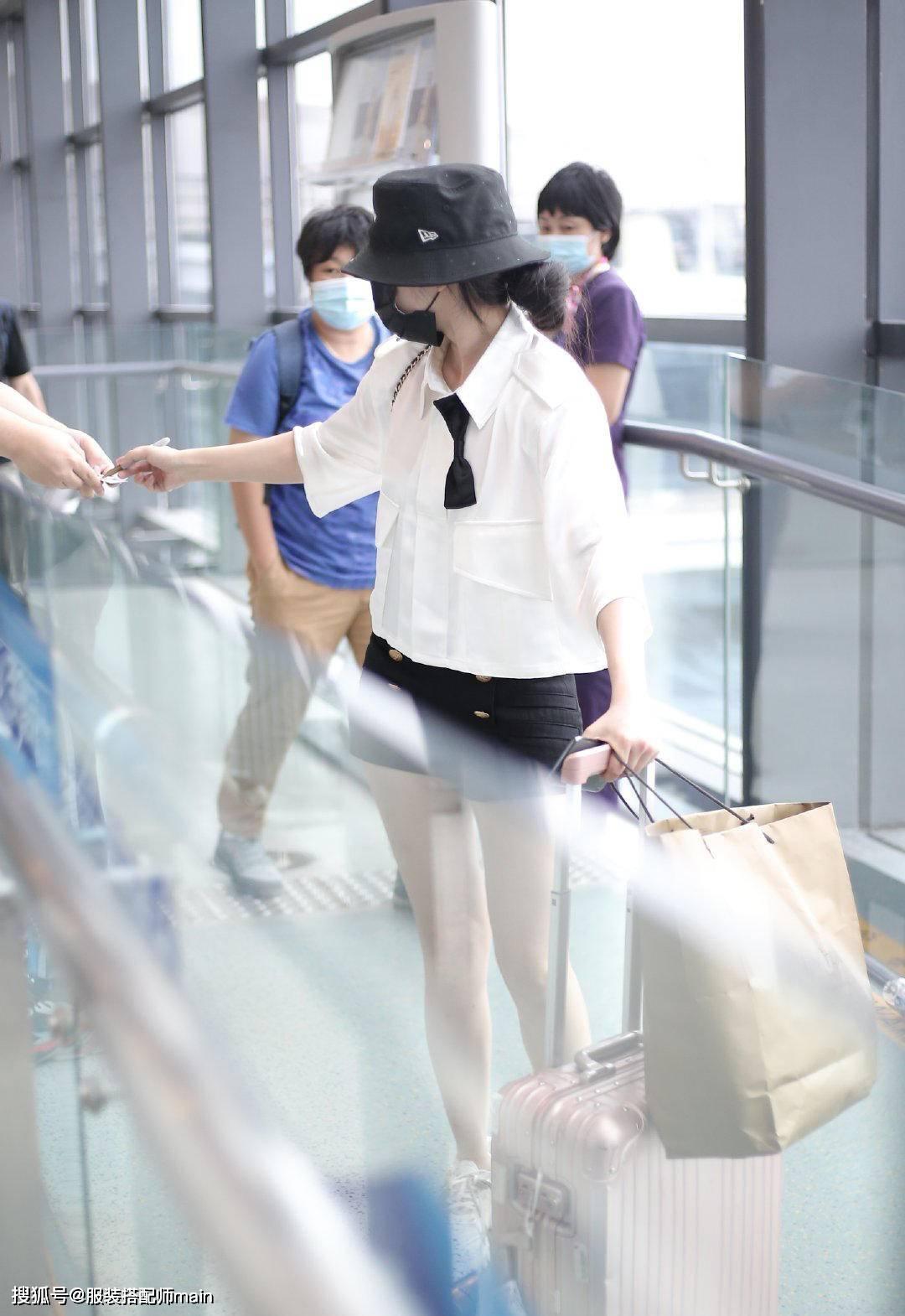 彭小苒越来越会穿,白衬衫黑短裤清新怡人,背38800酒瓶包更抢镜