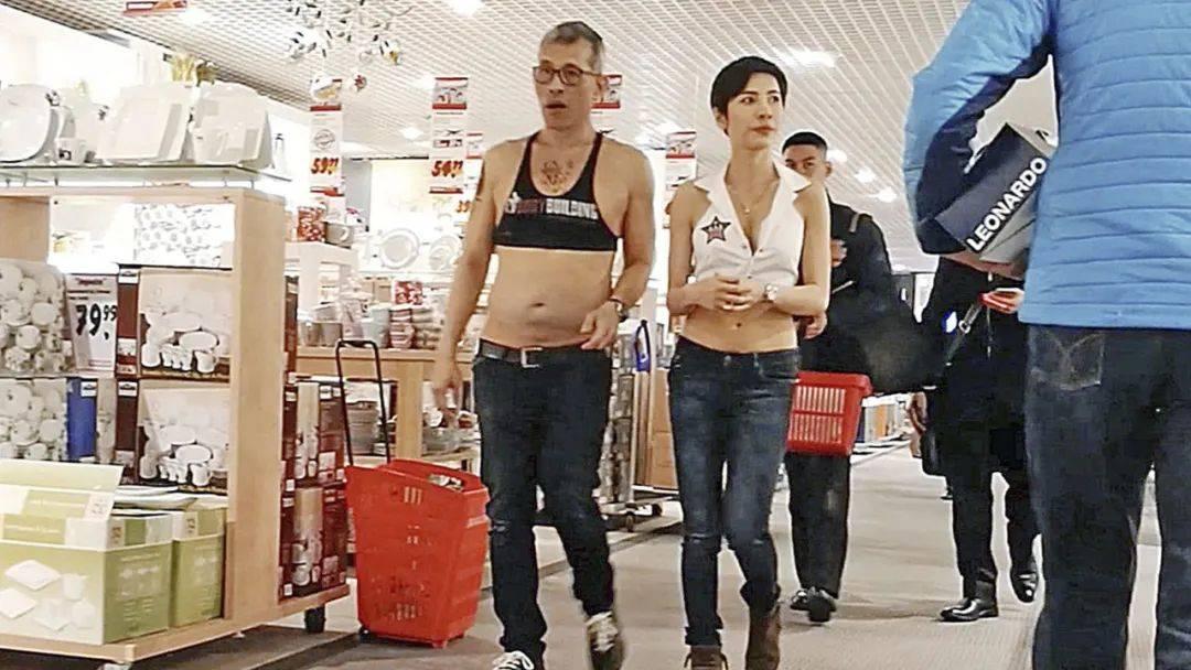68岁泰王的时尚太难懂,花臂露脐装成古惑仔,妃子们也被带偏了!