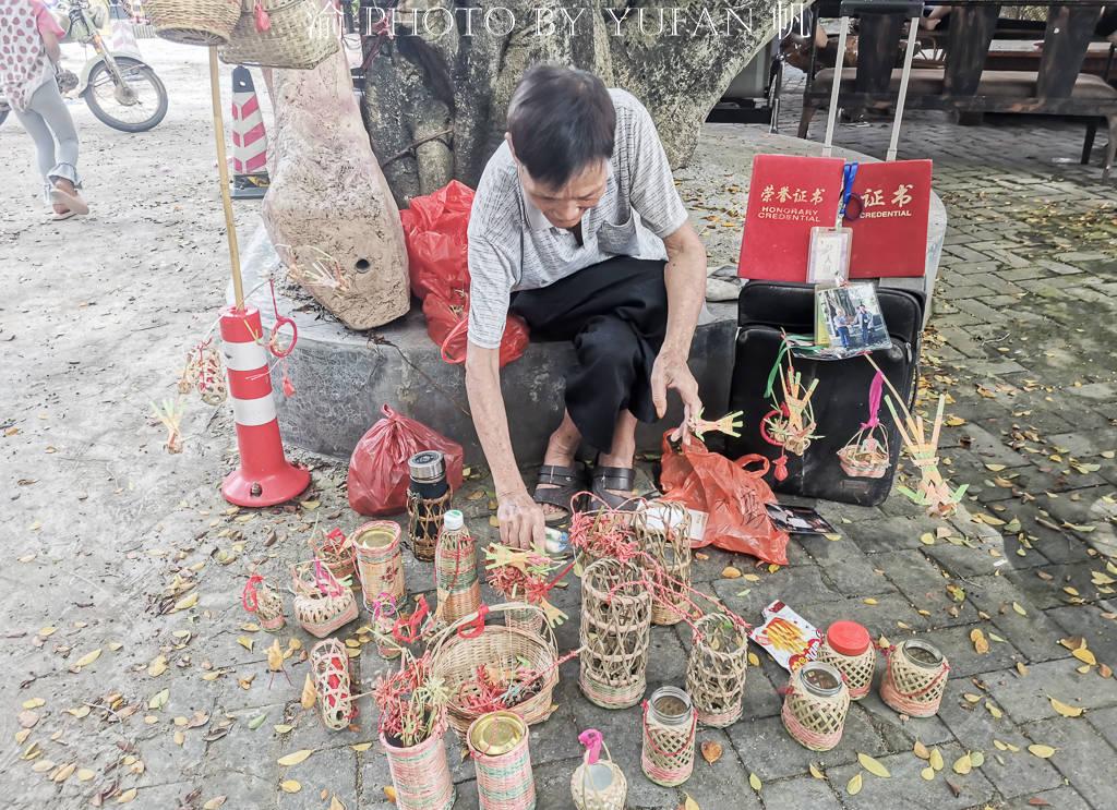 原创             广东乡下遇见一位竹编老人,小工艺品5元1个,生意不好却依然乐观