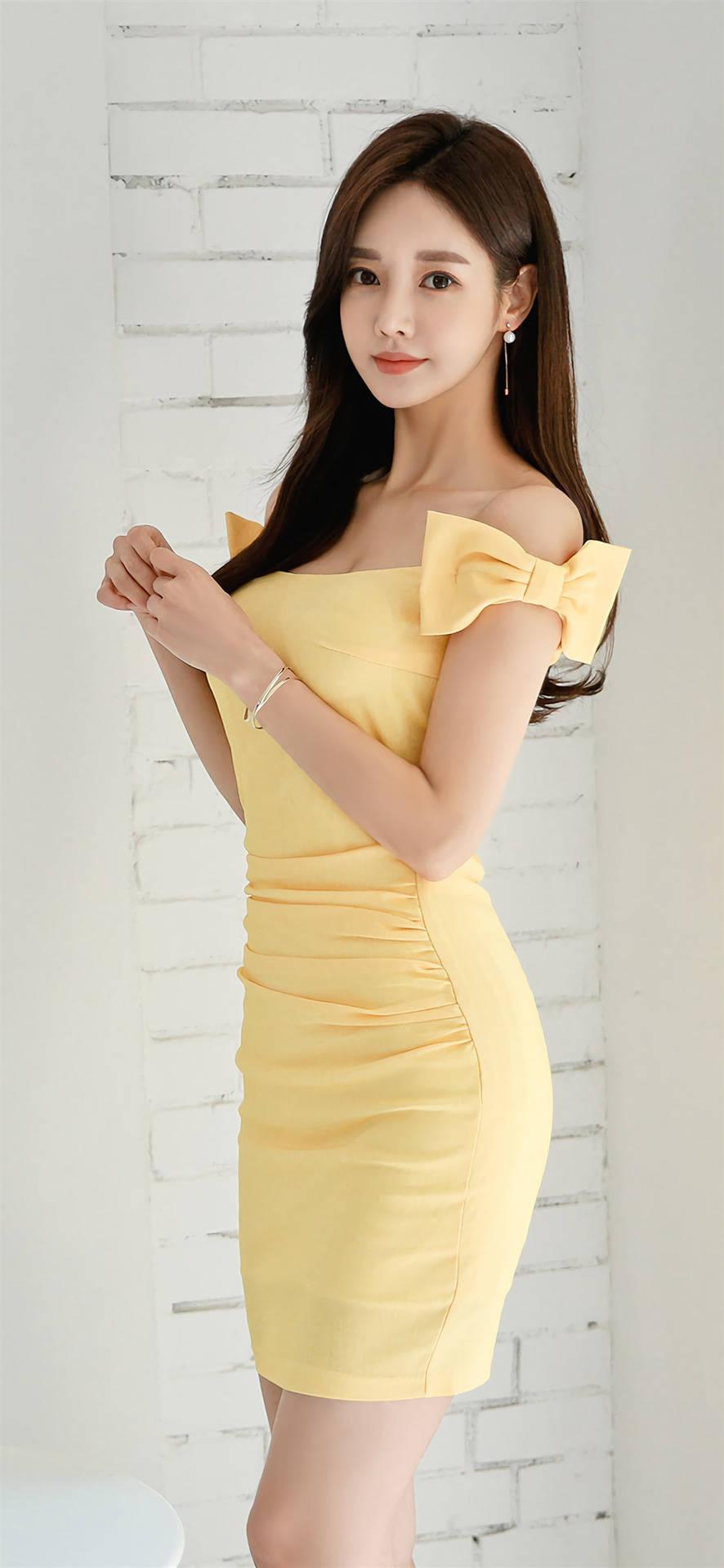 韩国模特孙允珠这款极具醒目清纯的米黄色连衣裙美图