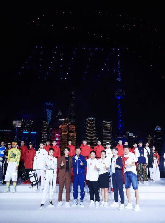 2022冬奥会特许国旗款运动装发布 张继科、关晓彤等文体明星现身站台