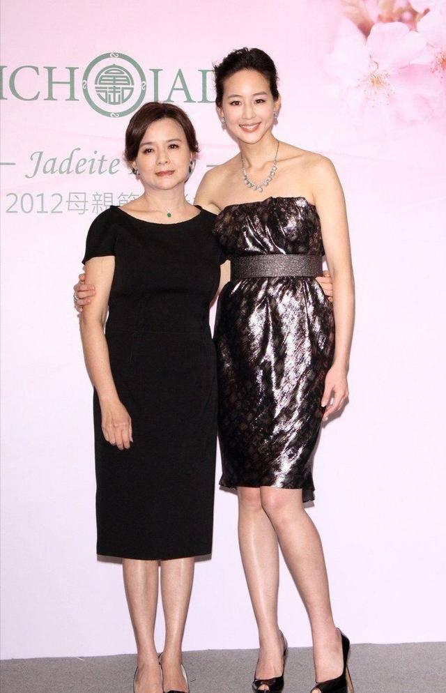 张钧甯妈妈可以出道了!同框女儿像姐妹太年轻,看着顶多40岁
