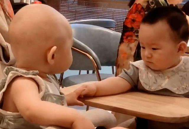 """宝宝餐厅吃饭被邻桌小帅哥吸引,想要主动""""撩""""一下反被吓尿,妈妈笑翻"""
