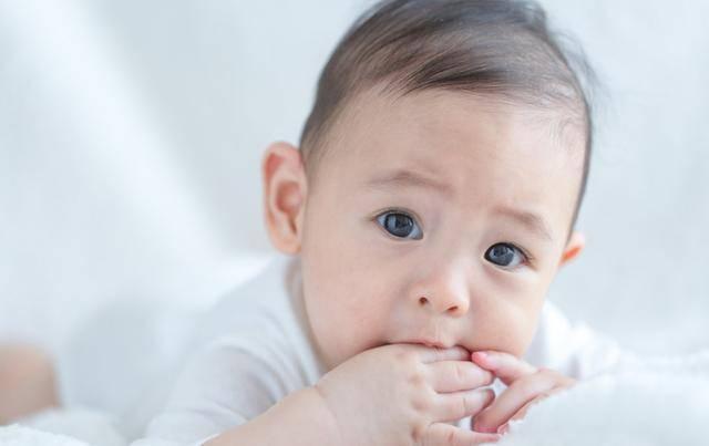 """宝宝喜欢吃手,可能是进入""""口腔敏感期"""",这样做让宝宝健康成长"""