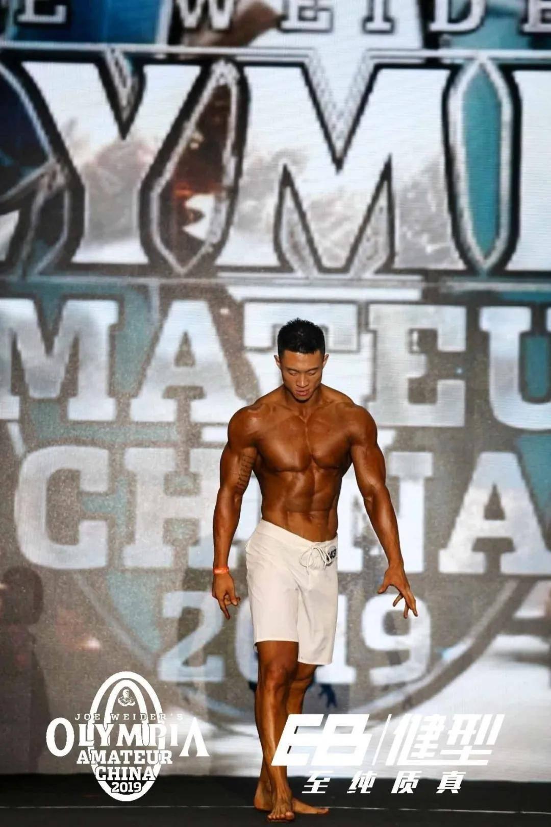 """健身6年,从""""竹竿""""到巨无霸的转变,这位肌肉型男是怎样做到的_训练"""