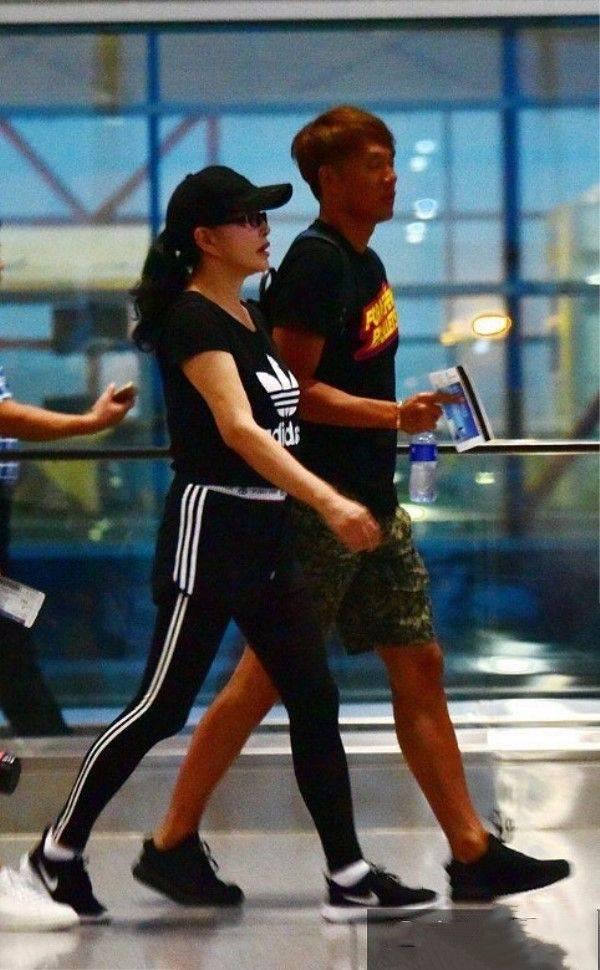刘晓庆面对现实,穿运动裤踩平底鞋,做个普通老人!